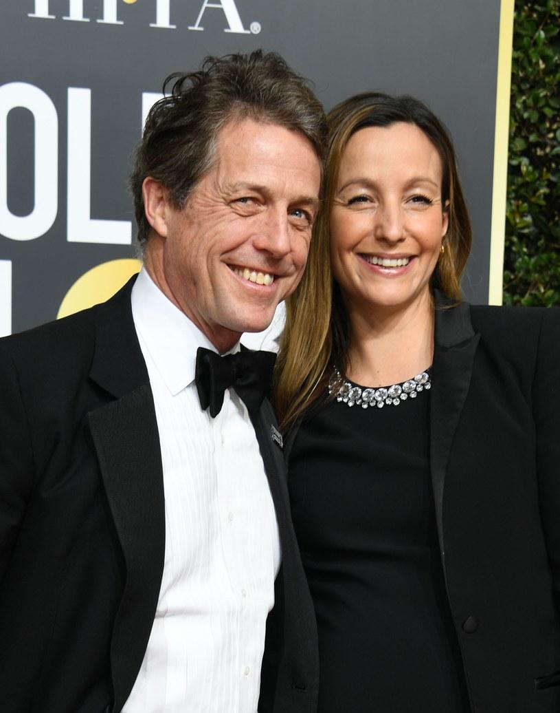 """Hugh Grant stanie wkrótce na ślubnym kobiercu! Jeden z najbardziej zagorzałych kawalerów na Wyspach zamierza poślubić swą wieloletnią partnerkę życiową - wynika z informacji gazety """"The Sun""""."""