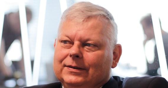 """""""Jarosław Kaczyński czuje się dobrze"""" - powiedział w Porannej rozmowie w RMF FM Marek Suski. Szef gabinetu politycznego premiera zapytany, czy prezes PiS przebywa obecnie w szpitalu, odpowiedział: """"Chyba tak"""". """"Nie jestem lekarzem, a poza tym nie jestem upoważniony, by opowiadać o osobistych dolegliwościach prezesa"""" – zaznaczył Suski. Jak podkreślił, PiS-em rządzi nadal Jarosław Kaczyński. Polityk PiS skomentował także trwający od ponad miesiąca protest osób niepełnosprawnych i opiekunów w Sejmie. """"Nie jesteśmy w stanie ich (protestujących - Red.) zmusić (do wyjścia - Red.), przecież nie użyjemy środków przymusu. (…) Będziemy się nimi opiekować tak, jak do tej pory – Sejm karmi, poi, lekarze przychodzą, jest cały czas karetka. Chcieliśmy dać salę z łóżkami, ale pani odmówiły"""" – oświadczył Suski. """"Nie bardzo wierzyłem, że Lech Wałęsa przyjdzie i się położy (obok protestujących w Sejmie – Red.). On tam kiedyś w swoim życiu - zdaje się - leżał na jakimś styropianie, ale teraz niewygodnie by mu było"""" – tak z kolei szef gabinetu premiera odniósł się do wczorajszej wizyty byłego prezydenta u protestujących w Sejmie."""