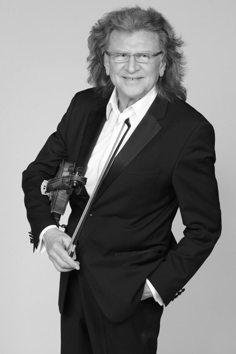 Rok temu, 22 maja 2017 roku, odszedł wybitny polski muzyk Zbigniew Wodecki. Przyczyną śmierci artysty był udar mózgu po operacji wszczepienia bypassów.