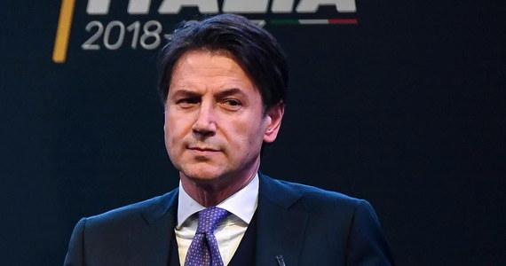 We Włoszech powstaje dziwny rząd z premierem realizującym program, którego nie napisał - tak prasa komentuje wyznaczenie przez Ruch Pięciu Gwiazd i Ligę Giuseppe Conte jako kandydata na szefa gabinetu. Według gazet prezydent Sergio Mattarella ma wątpliwości.