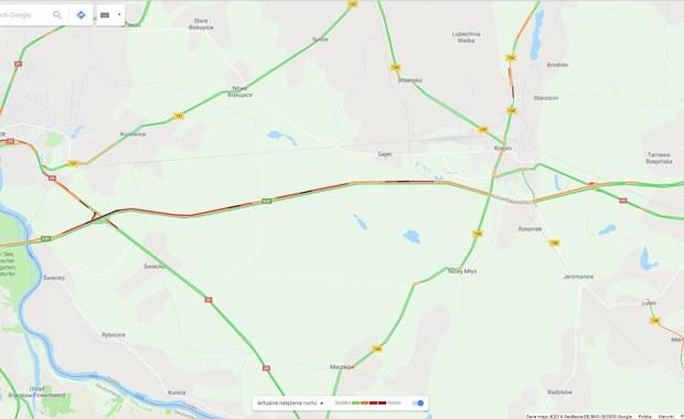 """Duży korek na autostradzie A2 w kierunku Świecka od Tarnawy do Słubic. Zator na pasach w stronę Niemiec w szczytowym momencie miał 40 kilometrów. Popołudniu zmniejszył się do 9 km. Powodem jest wzmożony ruch ciężarówek oraz prace remontowe prowadzone po niemieckiej stronie autostrady. Na miejscu cały czas pracuje policja, która stara się wyprowadzić kierowców z zatoru. """"Kierowcy aut osobowych jadący w kierunku Niemiec, oprócz Słubic, mogą ominąć korki, decydując się na podróż do tego kraju przez Kostrzyn nad Odrą czy Gubin"""" - rekomenduje Rzecznik Komendy Powiatowej Policji w Słubicach Magdalena Jankowska."""