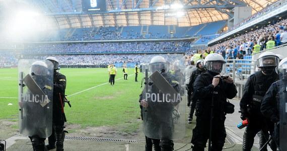 17 osób zatrzymała do tej pory policja w związku z zajściami w trakcie niedzielnego meczu Lech Poznań - Legia Warszawa. Zatrzymani trafiają do prokuratury, gdzie stawiane są im zarzuty dotyczące zakłócania przebiegu imprezy masowej.