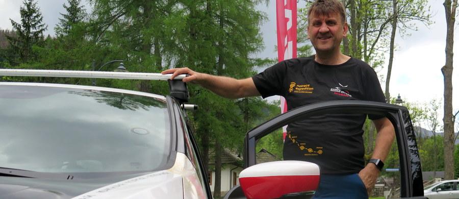 Znany polski podróżnik i polarnik Marek Kamiński wyrusza na swoją nową wyprawę. Tym razem chce pokazać, ze można podróżować po świecie nie pozostawiając swoich śladów w środowisku naturalnym. Dlatego chce pojechać samochodem elektrycznym aż do Japonii.