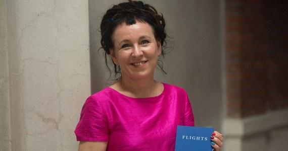"""Pisarka Olga Tokarczuk została we wtorek wieczorem w Londynie ogłoszona tegoroczną laureatką prestiżowej Międzynarodowej Nagrody Bookera. Jury wybrało jej książkę """"Bieguni"""" (""""Flights"""") w tłumaczeniu Jennifer Croft spośród sześciu tytułów, które znalazły się na liście nominowanych. Międzynarodowa Nagroda Bookera to prestiżowe literackie wyróżnienie przyznawane w Wielkiej Brytanii autorowi i tłumaczowi najlepszej książki przełożonej w minionym roku na język angielski. Główną nagrodą jest 50 tys. funtów do podziału po równo. W krótkim wystąpieniu podczas ceremonii w Muzeum Wiktorii i Alberta, Polka podziękowała szczególnie swojej tłumaczce, podkreślając, że """"jest niesamowite móc pracować razem i znaleźć kogoś, kto okazuje takie oddanie i z taką determinacją szuka wydawców""""."""