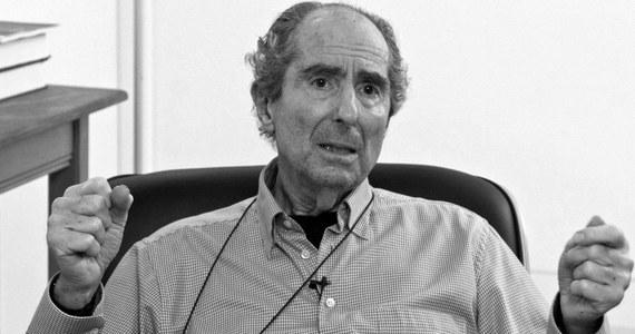 Philip Roth, jeden z najwybitniejszych i najbardziej płodnych współczesnych amerykańskich pisarzy, zmarł we wtorek w Nowym Jorku w wieku 85 lat. Przyczyną śmierci był zawał serca - poinformował jego agent. Roth, od lat wymieniany jako kandydat do literackiej Nagrody Nobla, za swoje utwory został uhonorowany wszystkimi innymi prestiżowymi nagrodami literackimi, w tym m.in. National Book Award, Nagrodą Pulitzera, trzykrotnie nagrodą amerykańskiego Pen Clubu im. W. Faulknera, czy National Book Critics Circle.