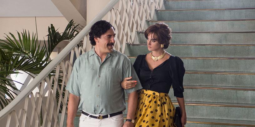 """Javier Bardem, by zagrać Pabla Escobara, przybrał na wadze, nosił """"protezę"""" brzucha i chodził jak kaczka. Kolejne poświęcenia, jakie poniósł, to szpecąca fryzura i wąsy. Efekt tej metamorfozy będziemy mogli ocenić, oglądając film """"Kochając Pabla, nienawidząc Escobara""""."""