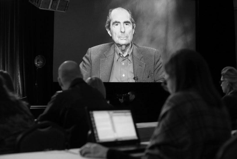 """Philip Roth, jeden z najwybitniejszych współczesnych amerykańskich pisarzy, zmarł we wtorek, 22 maja, w Nowym Jorku w wieku 85 lat. Przyczyną śmierci był zawał serca - poinformował jego agent. W 2017 roku na ekrany polskich kin trafił film  """"Amerykańska sielanka"""", zrealizowany na podstawie powieści pisarza."""