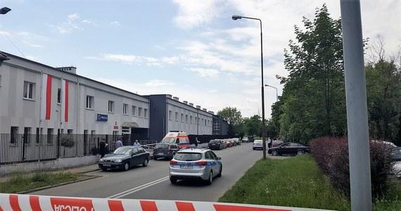 Około godziny 12:00 w pobliżu komisariatu przy ulicy Cmentarnej w Opolu doszło do strzelaniny, w wyniku której zmarła jedna osoba. Na miejscu są służby. Teren został ogrodzony.