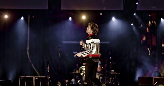 """Gdy dowiedziałem się, że pójdę na koncert Rolling Stonesów, pomyślałem, pobiegnę w podskokach. W sumie Mick Jagger zawsze na scenie unosi się w powietrzu, a jest ode mnie znacznie starszy. Spojrzałem kalendarz, zaraz potem w lustro i zacząłem liczyć dni do koncertu. Wcześniej jeszcze policzyłem coś innego. Jagger ma 74 lata, Keith Richards jest jego rówieśnikiem, perkusista Charlie Watts to senior, o dwie wiosny od nich starszy, a """"młodziak"""" Ronie Wood skończył w tym roku siedem dych. Razem – dodałem - to 294 lata. Prawie trzy wieki. Ale to akurat w przypadku Rolling Stonesów nie ma żadnego znaczenia."""