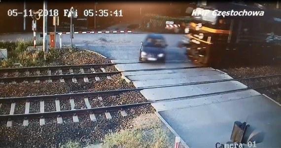 Policja nadal prowadzi śledztwo w sprawie wypadku, do którego doszło w Blachowni na przejeździe kolejowym. Z ustaleń śledczych wynika, że kierujący seatem ominął opuszczony szlaban i zderzył się z nadjeżdżającym pociągiem towarowym. 46-latek zmarł w szpitalu. Służby własnie opublikowały film z tego tragicznego zdarzenia.