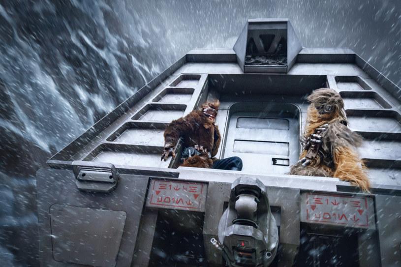 """""""Gwiezdne wojny"""" słyną z rozmachu właściwie w każdym elemencie filmowej roboty - od inscenizacji, przez charakteryzację, po choreografię scen walki i efekty specjalne. """"Han Solo: Gwiezdne wojny - historie"""" musiał więc stanąć na wysokości zadania i co najmniej dorównać słynnym poprzednikom z kultowej serii. I stanął, bo widowiskowość tej produkcji rzuca na kolana."""