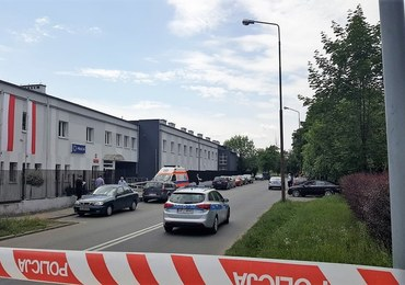 Strzelanina przed komisariatem w Opolu. Wiadomo, jaką broń miał przy sobie postrzelony 43-latek