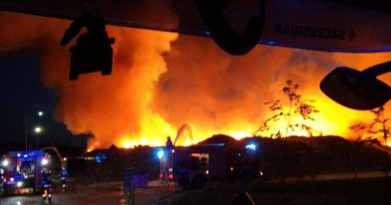 Strażacy w Olsztynie opanowali groźbę rozprzestrzenienia się pożaru, który wybuchł nad ranem na składowisku śmieci przy ulicy Lubelskiej. Dogaszanie ognia potrwa jednak do jutra, bo płonie ponad 600 ton śmieci.