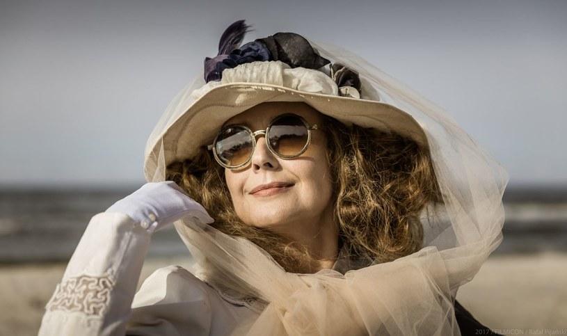 """W filmie """"Kamerdyner"""" Anna Radwan stanęła przed niezwykłym zadaniem aktorskim - zagrania swojej bohaterki na przestrzeni 45 lat na tle burzliwych wydarzeń pierwszej połowy XX wieku. Aktorka wciela się w pruską arystokratkę, Gerdę von Krauss."""