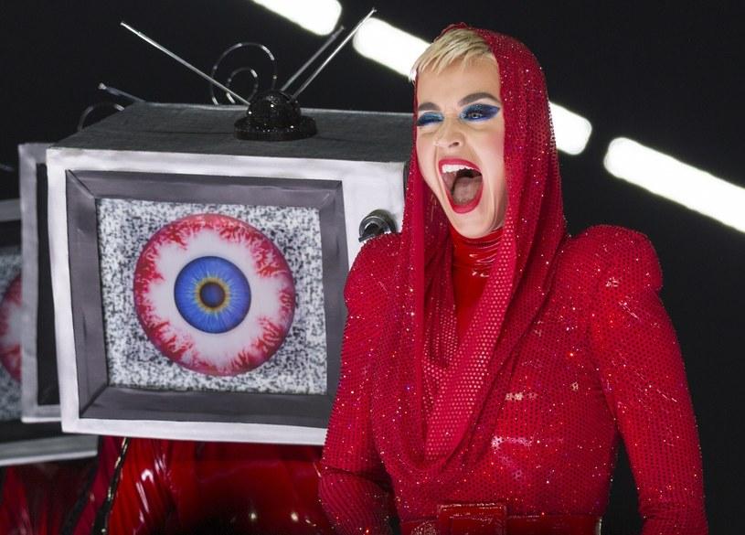 """W ostatnim odcinku """"American Idol"""" nie mogło obyć się bez dziwnego zachowania Katy Perry. Tym razem wokalistka zaczęła całować po rękach Rebekę Kufrin."""