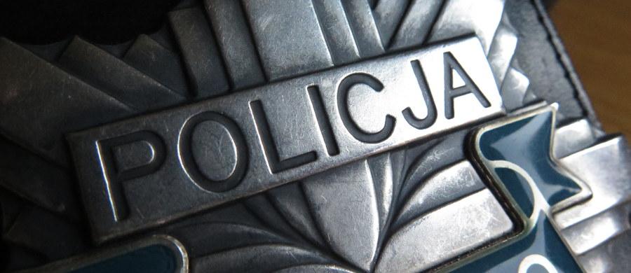 43-letni policjant postrzelił się śmiertelnie na terenie komendy w Piotrkowie Trybunalskim. Trwa wyjaśnianie okoliczności zdarzenia.