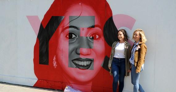 W piątkowym referendum w sprawie liberalizacji przepisów aborcyjnych ścierają się dwie wizje Irlandii: tradycyjnie konserwatywnego, katolickiego kraju chroniącego życie za wszelką cenę oraz państwa liberalnego, które stawia na prawo jednostki do wyboru.