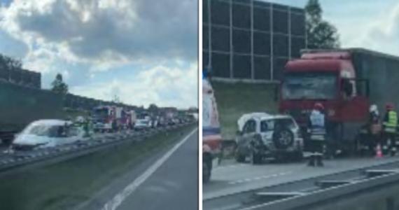 Karambol na autostradzie A4 na wysokości Targowiska. Zderzyły się tam 4 samochody osobowe i ciężarówka.
