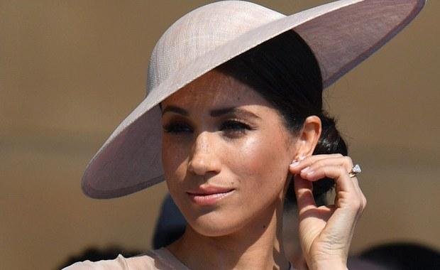 Po ślubie Meghan Markle z księciem Harrym przyszedł czas na oficjalny herb, który właśnie pokazał pałac Kensington. To prosty wzór, który zawiera w sobie elementy kojarzone z pochodzeniem księżnej i z tradycyjnymi elementami przypisanymi rodzinie królewskiej.