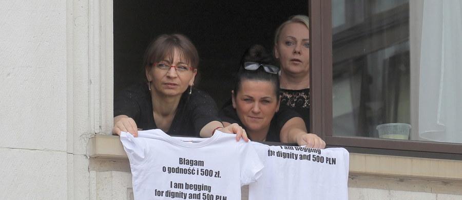 """""""Dzień Super-Matki"""" - pod takim hasłem przed Sejmem jest organizowana manifestacja wsparcia dla protestujących od 39 dni osób niepełnosprawnych i ich opiekunów. W parlamencie trwa w tym czasie Zgromadzenie Parlamentarne NATO. Z tego powodu protestujący w Sejmie muszą zmierzyć się z kolejnymi ograniczeniami."""