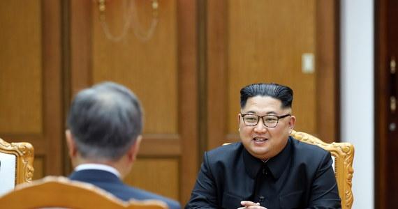 Kim Dzong Un potwierdził gotowość na spotkanie z Donaldem Trumpem 12 czerwca w Singapurze i swoje zaangażowanie w pełną denuklearyzację Półwyspu Koreańskiego - powiedział prezydent Korei Południowej, który dzień wcześniej spotkał się z Kimem.