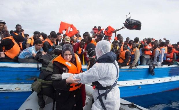 Włoskie służby morskie poinformowały, że w ostatnich dwóch dniach do kraju przybyło dwa tysiące nowych migrantów. Tak nagłego wzrostu nie odnotowano od dawna. Tylko w sobotę statki włoskiej marynarki i straży przybrzeżnej oraz organizacji pozarządowych, patrolujące Morze Śródziemne, wzięły udział w ośmiu operacjach niesienia pomocy ludziom na dryfujących łodziach i pontonach. Wśród uratowanych była ciężarna, która w trakcie rejsu ratunkowego urodziła syna. Chłopcu nadano imię Miracle (Cud).