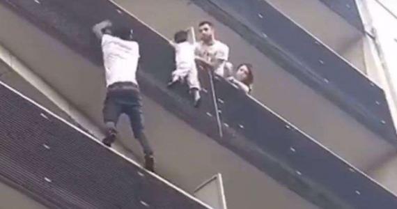 Francuzi okrzyknęli bohaterem imigranta z Mali, który wspiął się po fasadzie budynku w Paryżu i uratował dziecko zwisające z balkonu na czwartym piętrze. Nagranie wideo wyczynu Mamoudou Gassama'a jest hitem internetu.
