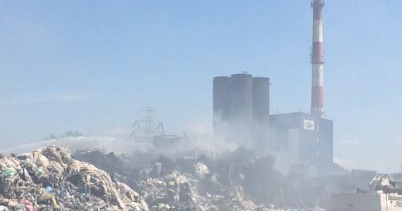 Do jutra może potrwać dogaszanie składowiska odpadów w Zgierzu koło Łodzi. Pożar sprasowanych beli plastiku wybuchł w piątek późnym wieczorem.