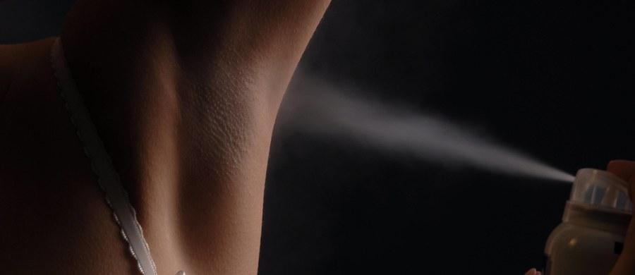 Zapach ludzkiego potu zależy od zawartych w nim substancji: amoniaku, mocznika, feromonów. Niekiedy uważa się, że duży wpływ na to, jak pachniemy, mają bakterie znajdujące się na skórze, które rozkładają pot. Jego zapach drażnił naszych przodków przez tysiąclecia, stąd zamiłowanie starożytnych i nowożytnych klas wyższych do rozmaitego typu pachnideł. Zabawne, że ludziom tym nie przychodziło do głowy, że czasami warto się… umyć. Król Francji Henryk IV (1533-1610 r.) po intensywnym wysiłku po prostu zmieniał koszulę.