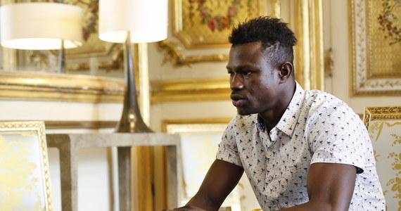 """W podziękowaniu za bohaterski wyczyn 22-letni nielegalny imigrant z Mali dostał od prezydenta Francji medal za odwagę i obietnicę obywatelstwa. Pracę zaproponowała mu straż pożarna. Wszystko za to, że bez chwili zastanowienia ruszył na pomoc i uratował 4-letnie dziecko zwisające z balkonu na czwartym piętrze. Media okrzyknęły go """"spidermanem"""" z Mali, bo w ciągu minuty dotarł do dziecka przeskakując z balkonu na balkon."""