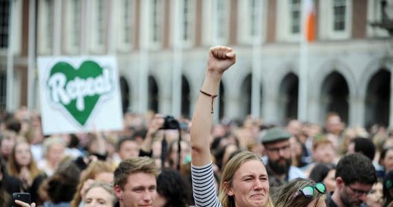 """Po zdecydowanym zwycięstwie w referendum zwolenników liberalizacji przepisów aborcyjnych rząd Irlandii planuje przyspieszyć prace nad nową ustawą i liczy na jej wejście w życie jeszcze w październiku - informuje w poniedziałek dziennik """"Irish Independent""""."""