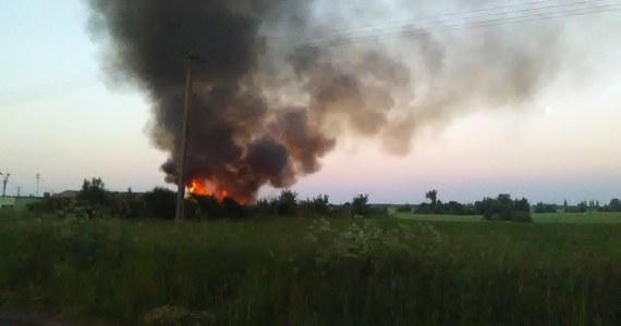 Prawie 40 zastępów straży gasi pożar nielegalnego wysypiska odpadów w miejscowości Wszedzień w Kujawsko-Pomorskiem. To kolejny taki przypadek w kraju w ostatnich dniach. Słup czarnego dymu widać już z kilkunastu kilometrów. Specjalne służby stale monitorują jakość powietrza. Prewencyjnie ewakuowano ponad 30 mieszkańców z najbliższej okolicy. Noc spędzają u rodzin.