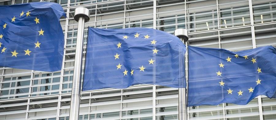 """PE zatwierdził we wtorek w Strasburgu niekorzystne z punktu widzenia polskich przedsiębiorców zmiany dotyczące delegowania pracowników do innych państw UE. Część polskich europosłów opozycji zagłosowała za, jednak - jak tłumaczą europarlamentarzyści PO - zrobili to przez pomyłkę, bo głosowanie było prowadzone w chaotyczny sposób. Część złożyła korekty do głosowania. Informację potwierdzają źródła w PE. """"Głosowania we wtorek w Strasburgu, choć trwały krótko, były prowadzone bardzo chaotycznie przez wiceprzewodniczącego PE. Wielu europosłów krótko po wyjściu z sali plenarnej zorientowało się, że źle oddało głos. Zostały złożone korekty do głosowania w tej sprawie"""" - poinformowało PAP źródło w służbach prasowych PE."""