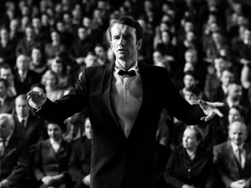 """Za stronę muzyczną """"Zimnej wojny"""", filmu, który zawojował festiwal w Cannes, a 8 czerwca wejdzie do polskich kin, odpowiada Marcin Masecki. To on przygotował Tomasza Kota do roli dyrygenta, to jego dłonie widzimy podczas scen gry na pianinie."""