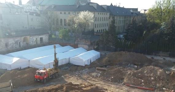 Krakowska prokuratura zajmie się sprawą budowy kompleksu hotelowego przy ulicy Stradomskiej w Krakowie. Podczas prac znaleziono tam ruiny średniowiecznego kościoła, a także cmentarzysko i ponad 1600 ludzkich szczątków. Prokurator chce zbadać, czy podczas wydawania zgody na budowę nie popełniono błędów. Wyjaśnić sprawę chce też urząd wojewódzki oraz ministerstwo kultury.