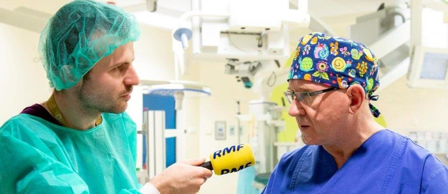"""""""Nie bagatelizujmy zwykłego kataru. W ten sposób też może rozpocząć się niedosłuch. Symptomy, które nie do końca kojarzą się ze słuchem, mogą być pierwszymi sygnałami, że coś dzieje się poważnego. To na przykład przemijający szum uszny, zwłaszcza jednostronny: pisk, gwizd, stukanie, pukanie może być objawem choroby"""" - ostrzega w rozmowie z RMF FM profesor Henryk Skarżyński, dyrektor Instytutu Fizjologii i Patologii Słuchu oraz Światowego Centrum Słuchu, które działa w podwarszawskich Kajetanach."""