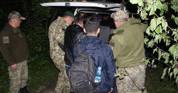 18 nielegalnych imigrantów z Iraku i Turcji próbowało przekroczyć polską granicę od strony Ukrainy. Zostali zatrzymani przez tamtejszą straż graniczną z obwodu lwowskiego. Wśród cudzoziemców są dwie kobiety - jedna w zaawansowanej ciąży i dwoje dzieci. Ukraińcy umieścili zatrzymanych w specjalnym ośrodku, w którym imigranci czekają na decyzję wydalenia do kraju pochodzenia. To jedna z największych grup cudzoziemców, których zatrzymano ostatnim czasie, a którzy próbowali nielegalnie przekroczyć polsko-ukraińską granicę.