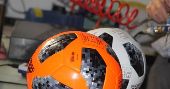 """Jak to ostatnio często przed wielkimi piłkarskimi imprezami bywa, oficjalna piłka Mistrzostw Świata w Rosji spotkała się z krytyką części bramkarzy. Wyprodukowany przez firmę Adidas model Telstar 18 zdaniem Hiszpanów Davida De Gei i Pepe Reiny oraz Niemca Marka-Andre ter Stegena ma w powietrzu nieprzyjemnie i nieprzewidywalnie """"trzepotać"""". Zajmujące się na zlecenie FIFA oficjalnymi badaniami turniejowych piłek laboratorium EMPA (Swiss Federal Laboratoires For Materials Science And Technology) zapewnia jednak, że wszystko jest w absolutnym porządku, a źródłem wątpliwości co do zachowania piłki mogą być... złudzenia optyczne."""