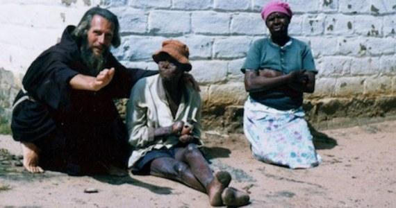 """Po raz pierwszy od XVI wieku Brytyjczyk może zostać świętym. John Bradburne, zwany """"Bożym włóczykijem"""", walczył na froncie w czasie II wojny światowej. Potem jako misjonarz poświęcił swoje życie opiece nad trędowatymi w Zimbabwe, aż w końcu w 1979 roku został stracony za dyktatury Mugabe. Przed śmiercią mawiał, że ma tylko trzy życzenia: pomagać trędowatym, umrzeć śmiercią męczennika i zostać pochowanym w habicie franciszkanina."""
