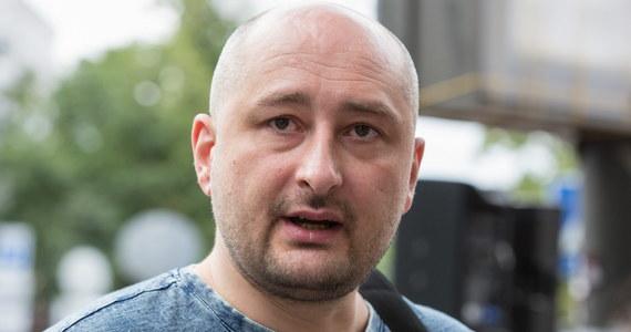 """Sensacyjne doniesienia z Kijowa. Dziennikarz Arkadij Babczenko, o którym wczoraj informowano, że został zamordowany, niespodziewanie pojawił się - żywy - na konferencji prasowej w towarzystwie ukraińskich służb specjalnych. Poinformowano, że chodzi o """"tajną operację przygotowywaną od miesięcy""""."""