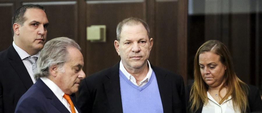 Producent filmowy Harvey Weinstein został w środę postawiony w stan oskarżenia w sądzie na Manhattanie w Nowym Jorku za gwałt i inne przestępstwo seksualne w związku z zarzutami dwóch kobiet - podał Reuters w czwartek.