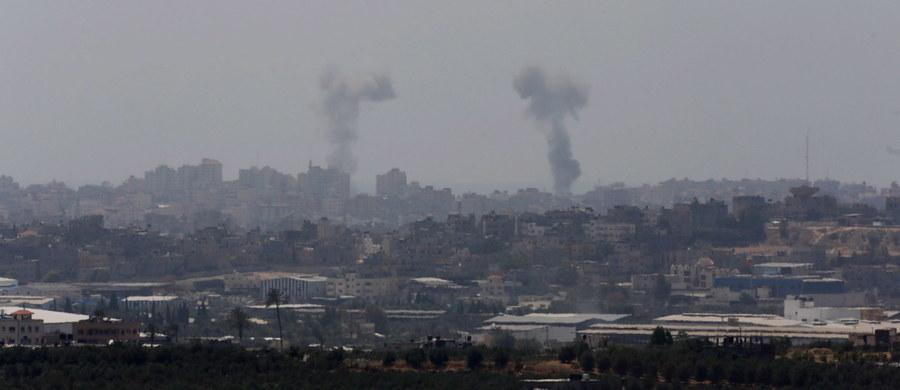 Rada Bezpieczeństwa ONZ spotkała się na posiedzeniu w ślad za atakiem palestyńskich bojowników na Izrael. Doszło do kolejnego starcia argumentów m.in. antagonistów oraz ich sprzymierzeńców. Ubolewano, że RB nie jest w stanie rozwiązać przewlekłego konfliktu. We wtorek Hamas i Islamski Dżihad wystrzeliły ze Strefy Gazy na Izrael około 70 pocisków moździerzowych i rakietowych. Izrael odpowiedział nalotem na 65 pozycji bojowników. Nadzwyczajne posiedzenie RB zwołane zostało z inicjatywy Stanów Zjednoczonych. Przewodnicząca obradom ambasador Joanna Wronecka potępiła ataki wymierzone przeciw ludności cywilnej w południowym Izraelu.