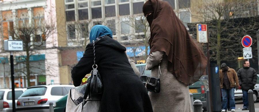 Duński parlament uchwalił w czwartek zakaz zasłaniania twarzy w miejscach publicznych. Nowe prawo, które wejdzie w życie od sierpnia, dotyczy burek i nikabów, ale też czapek, kapeluszy, masek, hełmów, szali i sztucznych bród zasłaniających znaczną część twarzy.