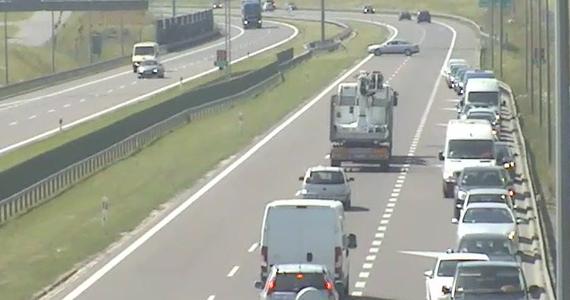 Policja będzie ustalać tożsamość kierowców, którzy jechali pod prąd na drodze ekspresowej S12 w okolicach Jastkowa (Lubelskie), aby pociągnąć ich do odpowiedzialności. Film pokazujący, jak pojazdy zawracają na jednokierunkowym pasie ruchu, opublikowała Generalna Dyrekcja Dróg Krajowych i Autostrad.