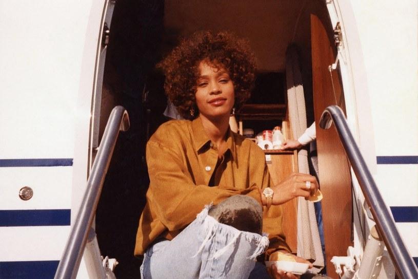 """Spadkobiercy dorobku Whitney Houston, a także jej były mąż Bobby Brown są zniesmaczeni okładką płyty rapera Pusha T """"DAYTONA"""". Na froncie albumu można zobaczyć fotografię łazienki gwiazdy."""