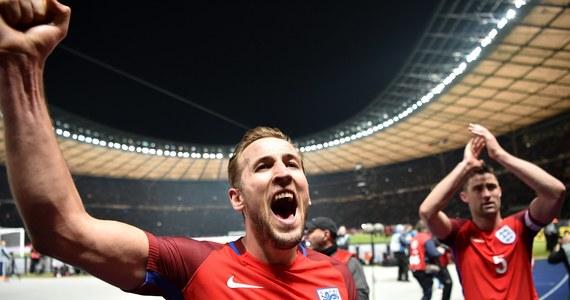 """Brytyjski dziennik """"The Telegraph"""" ujawnił w piątek, że kosztujący 160 funtów (ok. 788 zł) zestawy meczowe Nike'a, który będzie nosiła w trakcie mistrzostw świata piłkarska reprezentacja Anglii, są szyte w fabryce, której pracownicy zarabiają 21 pensów (1,03 zł) za godzinę."""