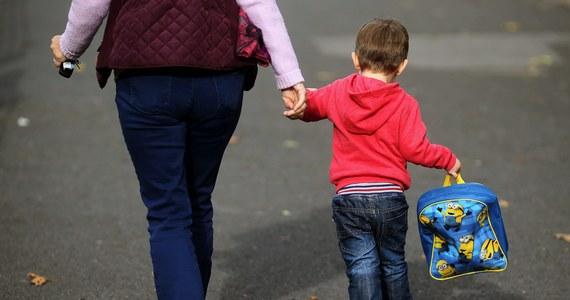 """Premier Mateusz Morawiecki podpisał rozporządzenie ws. wypłaty jednorazowego świadczenia w wysokości 300 zł dla każdego uczącego się dziecka. Pieniądze mają być wypłacane w ramach programu """"Dobry start""""."""