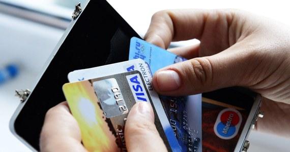 Na brak możliwości płatności kartą i wypłacenia pieniędzy z bankomatów skarżą się posiadacze kart płatniczych Visa. Problemy mają nie tylko klienci w Polsce, ale na całym świecie. Operator potwierdza, że doszło do awarii systemu rozliczania płatności.
