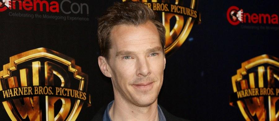Brawurowe zachowanie Benedicta Cumberbatcha. Aktor znany z roli Sherlocka Holmesa uratował rowerzystę przed atakiem czterech mężczyzn. Dzięki jego szybkiej interwencji ofiara nie poniosła poważniejszych obrażeń.