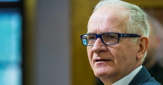 """""""To duże święto z punktu widzenia tego, co się w Polsce stało, zmieniło, otwarcia możliwości itd. Ale czy powinno być to święto państwowe? Trudno odpowiedzieć mi na to pytanie"""" - powiedział w Porannej rozmowie w RMF FM Krzysztof Czabański, zapytany o przypadającą na dziś 29. rocznicę częściowo wolnych wyborów w Polsce. Przewodniczący Rady Mediów Narodowych skomentował także wypadającą dziś rocznicę odwołania rządu Jana Olszewskiego w 1992 roku. """"(To była – Red.) próba, żeby dalej się nie rozlało to, co miało się stać, m.in. lustracja, którą chciano zablokować, bo za lustracją mogły pójść o wiele poważniejsze zmiany"""" – ocenił poseł klubu PiS. """"Obecny system jest niewydajny i niesprawiedliwy (…). 2 lata temu złożyłem w Sejmie projekt, który naprawiał ten system abonamentowy. Od 2 lat zajmuje się tym Ministerstwo Kultury. Powinien być nowy system finansowania mediów publicznych, bo ten obecny jest zły"""" – tak z kolei Krzysztof Czabański skomentował kwestię możliwych zmian w sprawie abonamentu RTV."""